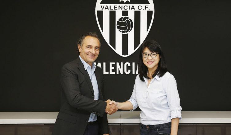Prndelli y la presidenta LayHoon Chan tras la firma del contrato del nuevo entrenador./ Foto: Lázaro de la Peña.