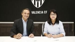 El entrenador y la presidenta tras la firma del contrato./ Foto: Lázaro de la Peña.