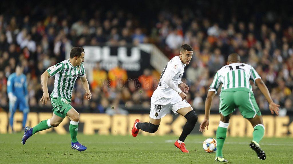 El delantero marcó el gol que certificó el pase a la final de la Copa del  Rey  Fotos  Valencia CF d3c71daf6db
