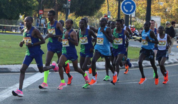 El Medio Maratón Valencia, cabeza de carrera km 8 - Foto @josesuay